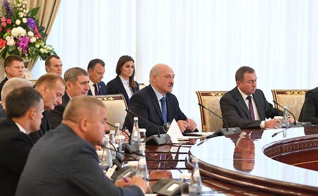 Лукашенко: Беларусь готова построить в Узбекистане заводы по модернизации военной техники